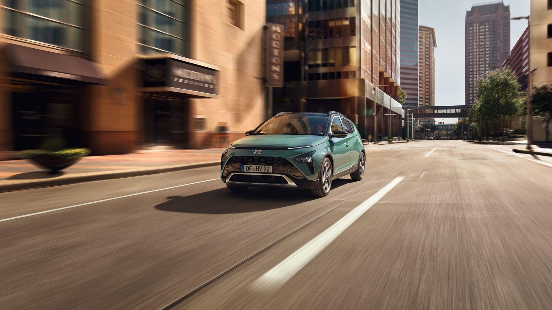 Oštrim izgledom i integracijom Hyundaijevih elegantnih SUV ključnih elemenata dizajna, BAYON's ima snažan elegantni dizajnerski stav.